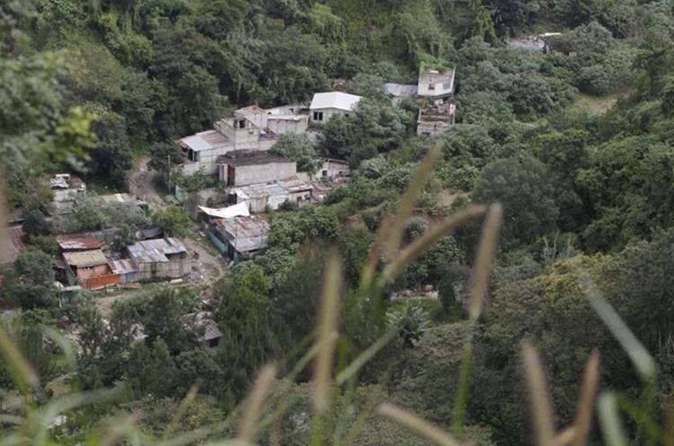 No se observa ninguna persona en los alrededores y tampoco entradas visibles. (Foto Prensa Libre: Paulo Raquec)