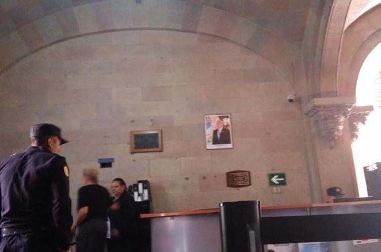 Ministerio de Gobernación aún tiene la fotografía del presidente.