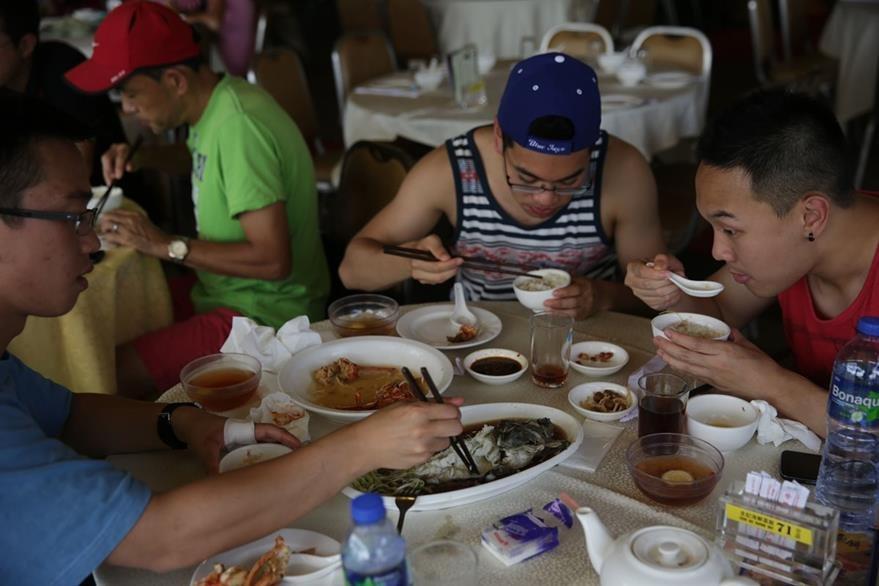 Algunos restaurantes tienen miedo de perder ganancias si las cosas cambian y dicen la verdad a comensales. (Foto Prensa Libre: AFP).