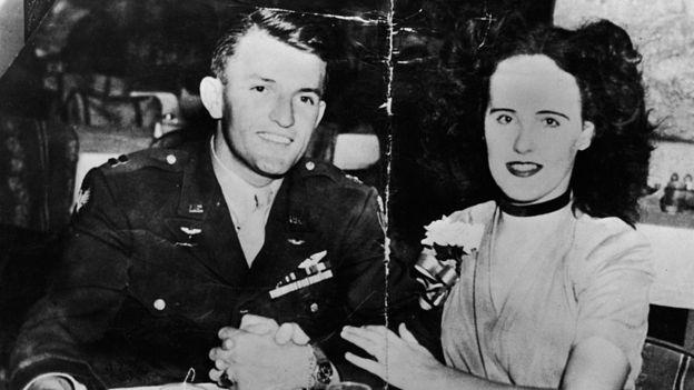 Elizabeth Short, poco antes de su muerte, acompañada de un soldado. GETTY IMAGES