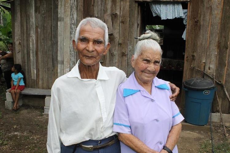 María Tovar y Juan Sanabria decidieron contraer matrimonio en Poptún, Petén. (Foto Prensa Libre: Walfredo Obando)