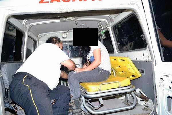 La víctima  fue auxiliada por Bomberos Voluntarios. (Foto Prensa Libre: Víctor Gómez)