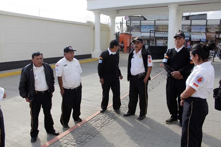 Bomberos Voluntarios de Cajolá se presentaron al Centro Regional de Justicia de Quetzaltenango, ya que son querellantes en el proceso como víctimas. (Foto Prensa Libre: María José Longo).