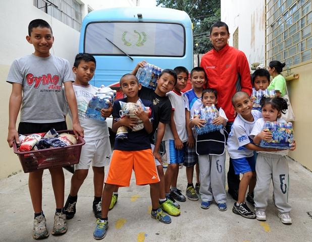 Barrondo compartió con los pequeños del proyecto Futuro Vivo (Foto Prensa Libre: Óscar Felipe Q.)