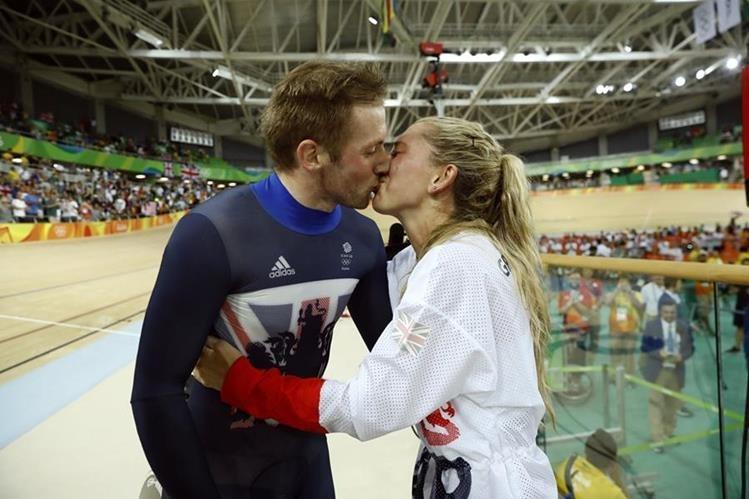 Laura Trott, besa a su prometido Jason Kenny luego de que ambos ganaran la medalla de oro. (Foto Prensa Libre: AP)