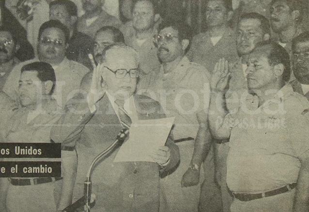 El presidente de la Corte Suprema de Justicia, Ricardo Sagastume Vidaurre juramenta al general Óscar Humberto Mejía Víctores como Jefe de Estado el 8 de agosto de 1983. (Foto: Hemeroteca PL)