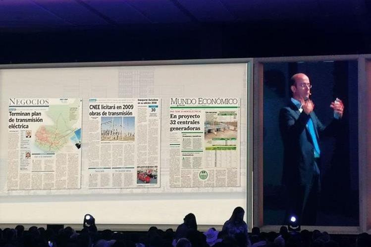 El consultor Carlos Colom expuso sobre Infraestructura para el Desarrollo durante el ENADE 2017, donde mostró artículos de Prensa Libre sobre los planes de transmisión eléctrica del país. (Foto Prensa Libre: Rosa María Bolaños)