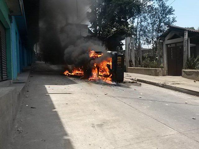 El 29 de abril una turba incendió una autopatrulla de la PNC en San Juan Sacatepéquez, repudiando las extorsiones a pilotos de esa ruta. (Foto Prensa Libre: Hemeroteca PL)