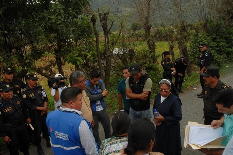 Autoridades informan a Úrsula Ajcot –con traje azul- de que es propietaria del terreno. (Foto Prensa Libre: Óscar Figueroa).