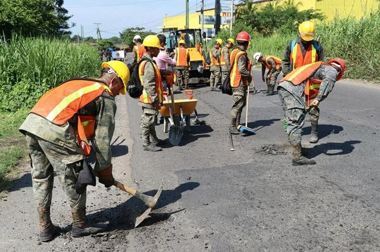 Efectivos del Ejército se distribuyen en 10 cuadrillas de seis soldados cada una.(Foto Prensa Libre: Enrique Paredes)