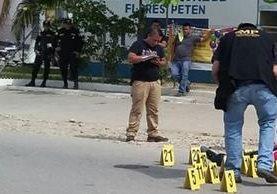 """Peritos del Ministerio Público recaban evidencias en el lugar donde quedó el cuerpo sinvida de """"el Pastor"""". (Foto Prensa Libre: Rigoberto Escobar)"""
