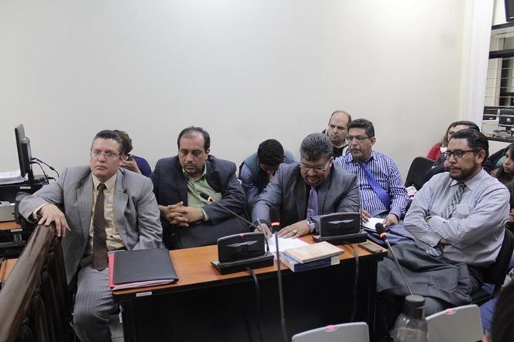 Los sindicados —atrás—, junto a sus abogados, en la audiencia en la que se les ligó a proceso penal. (Foto Prensa Libre: María Longo)