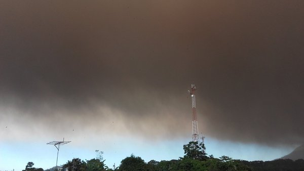 Extensa nube de ceniza se dirige a comunidades cercanas.