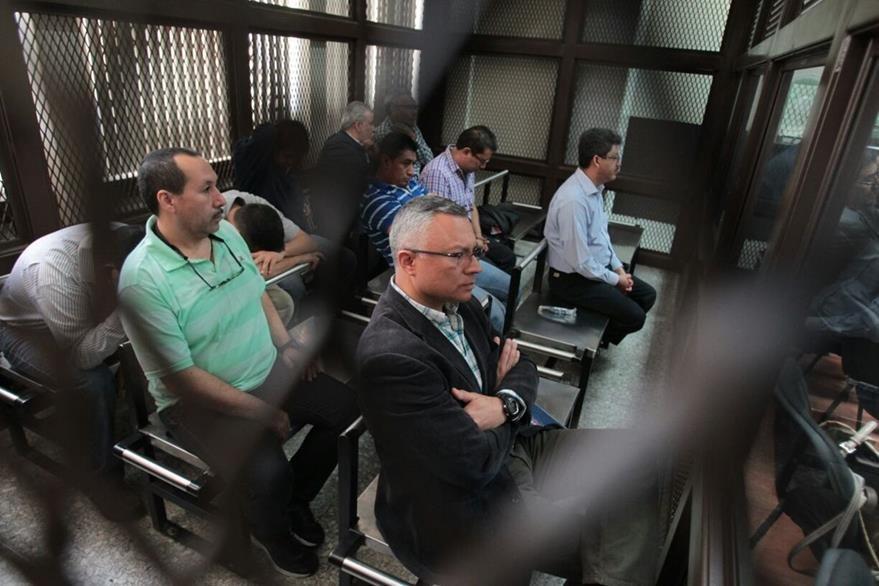 Los implicados en la carceleta del juzgado (Foto Prensa Libre: Paulo Raquec)
