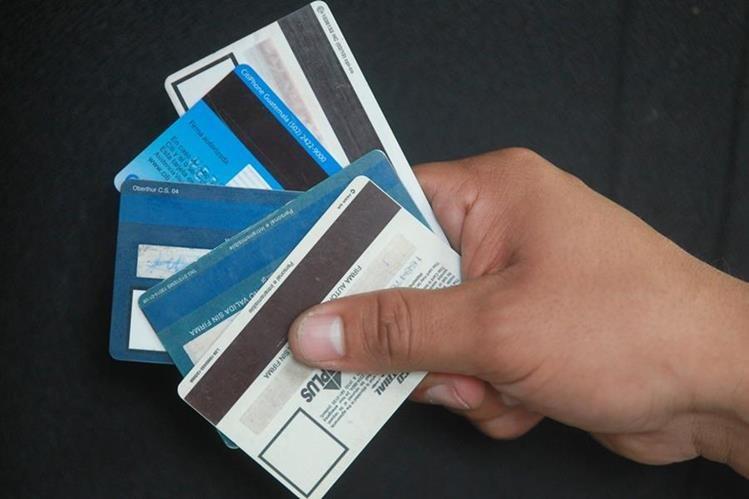 Bien usadas las tarjetas de créditos son unos buenos mecanismos de pago, pero pueden causar problemas financieros personales o familiares si no se sabe usar, indicó el consultor César Tánchez. (Foto, Prensa Libre: Hemeroteca PL)
