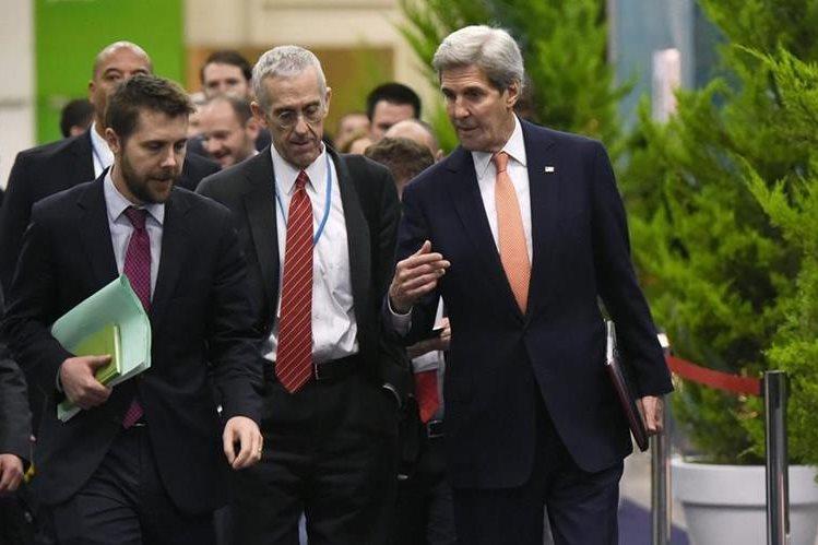 John Kerry, secretario de Estado de EE. UU. (izquierda), junto a la delegación de su país que negocia el acuerdo en París. (Foto Prensa Libre: AP).