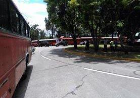 Conductores estacionan autobuses frente a la sede del Ministerio de Comunicaciones, en zona 13. (Foto Prensa Libre: Estuardo Paredes)