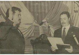 Ramiro de León (izquierda) es juramentado como presidente por José Lobo Dubón, presidente del Congeso, el 5 de junio de 1993. (Foto: Hemeroteca PL)