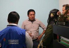 Personal de la PDH asiste a Sergio Pac, retenido por trabajadores del Área de Salud de Quetzaltenango. (Foto Prensa Libre: Carlos Ventura)