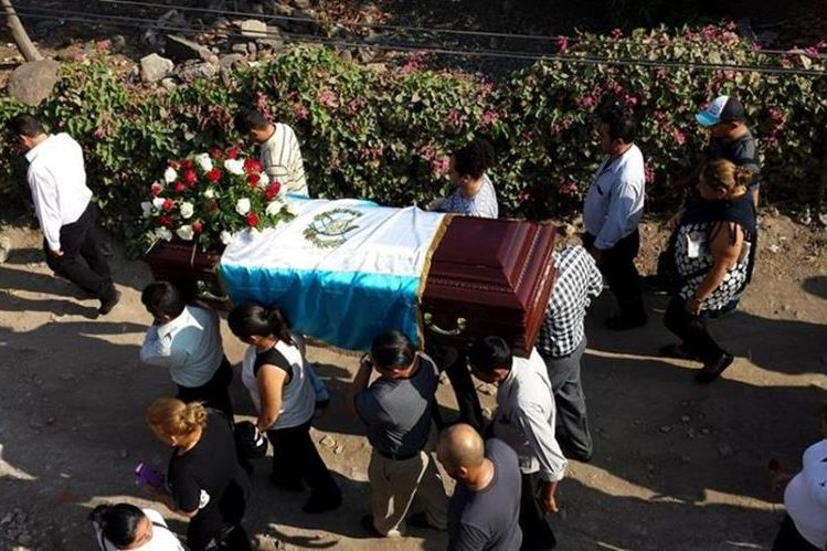 Sepelio de la maestra Deysi Roxana Palma, en Atescatempa, Jutiapa. (Foto Prensa Libre: Óscar González).