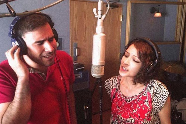 Francisco Páez canta junto a Gaby Moreno. (Foto Prensa Libre: Malacates Trébol Shop)