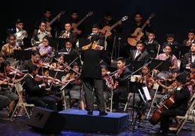 El director de la Orquesta Sonidos de Esperanza, Martín Corleto, dirige a sus alumnos. (Prensa Libre: Paulo Raquec)