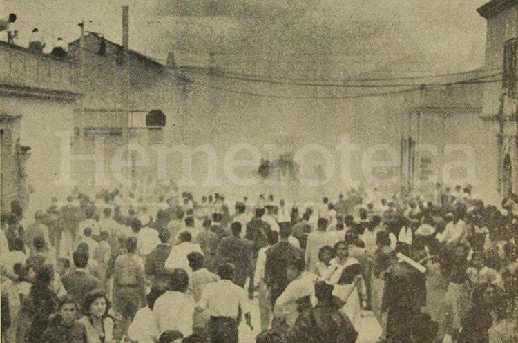Detalle de la portada del 24 de marzo de 1956 donde se muestra el caos provocado por una bomba lanzada a una carroza de la Huelga de Dolores. (Foto: Hemeroteca PL)