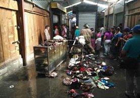 Una venta de ropa para niño fue consumida por un incendio en la Terminal Minerva, Quetzaltenango. (Foto Prensa Libre: Bomberos Voluntarios)