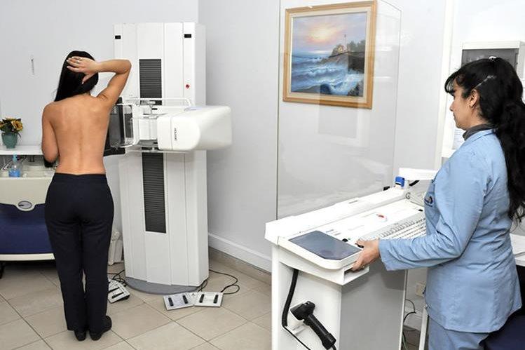 Según la American Cancer Society, las mujeres de entre 40 y 44 años que tengan un riesgo elevado de desarrollar un cáncer de seno, pueden hacerse una mamografía anual.