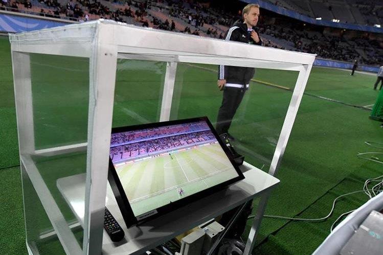 La IFAB tratará el tema del videoarbitraje y el cuarto cambio. (Foto Prensa Libre: AFP)