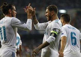 Sergio Ramos es felicitado por sus compañeros de equiopo. (Foto Prensa Libre: AFP)