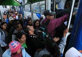 Doscientos setenta buses atienden a 350 mil usuarios del sistema Transurbano, lo que evidencia las deficiencias en ese servicio, a pesar del millonario subsidio que recibe. (Foto Prensa Libre: Esbin García)