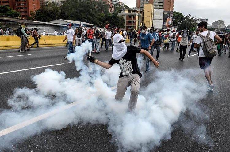 La oposición venezolana ha salido a las calles a manifestarse por casi tres semanas.