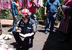 Un socorrista observa el área donde quedó tendido el cuerpo de la madre. (Foto Prensa Libre: Eduardo Sam)