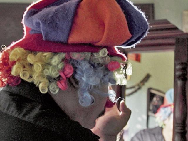 El payaso Moyetón divierte a niños de escuelas públicas.