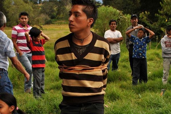 """<p>El capturado fue amarrado a un poste antes de ser entregado a la Policía Nacional Civil (Foto Prensa Libre: Óscar Figueroa)<br _mce_bogus=""""1""""></p>"""
