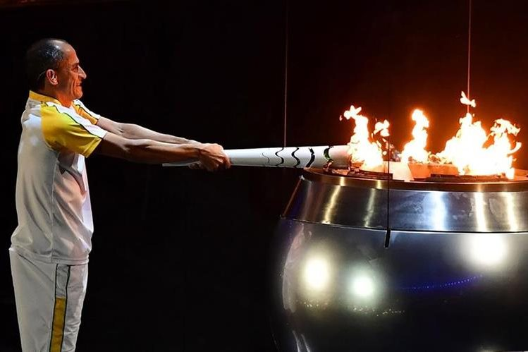 Vanderlei Cordeiro fue el encargado de encender el pebetero. (Foto Prensa Libre: AFP)