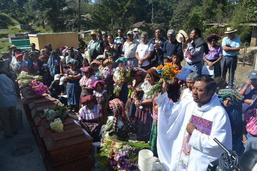 Acto religioso previo a la inhumación de las víctimas en Uspantán. (Foto Prensa Libre: Óscar Figueroa).
