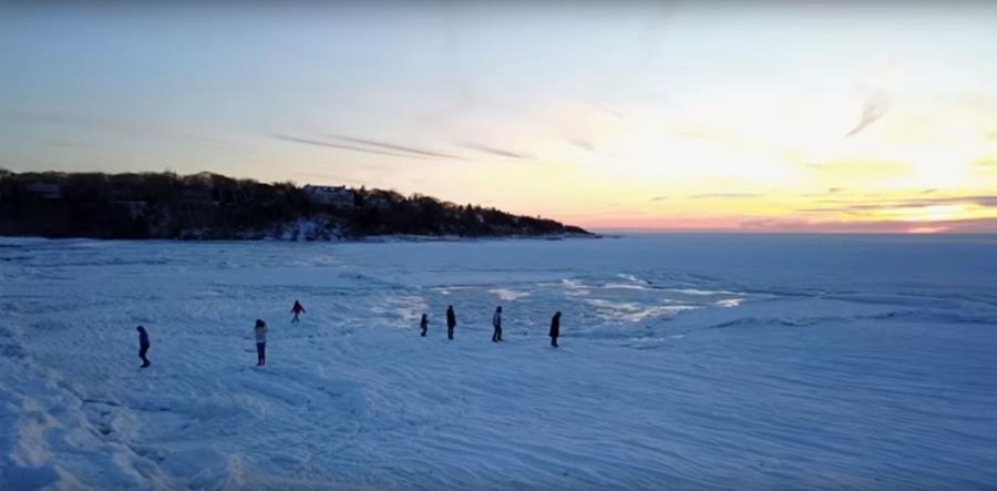 Parte de la bahía de Buzzards, en Massachusetts, quedó congelada por la onda de frío extremo de los últimos días. (Foto Prensa Libre: Youtube Ryan Canty)