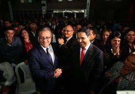 Bonerge Mejía y Óscar Cruz se saludan tras conocer que pasan a segunda vuelta. (Foto Prensa Libre: Álvaro Interiano)