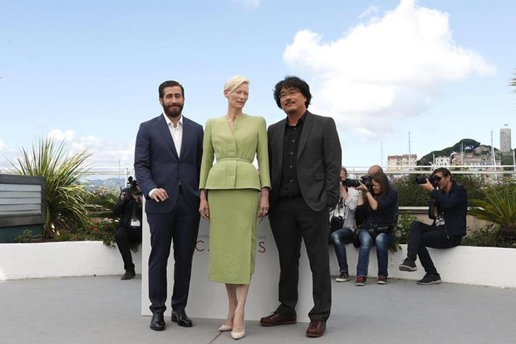 """El director surcoreano Bong Joon-ho (d) posa con la actriz británica Tilda Swinton (c) y el actor estadounidense Jake Gyllenhaal (i) durante la presentación gráfica de la película """"Okja"""" en la 70 edición del Festival de Cannes. (Foto Prensa Libre: EFE)"""