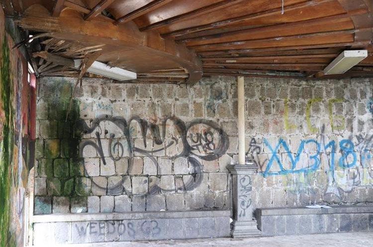 La Plazuela del Marimbista, en la zona 1 de Xela, se ha convertido en dormitorio para personas sin hogar. (Foto Prensa Libre: María José Longo)