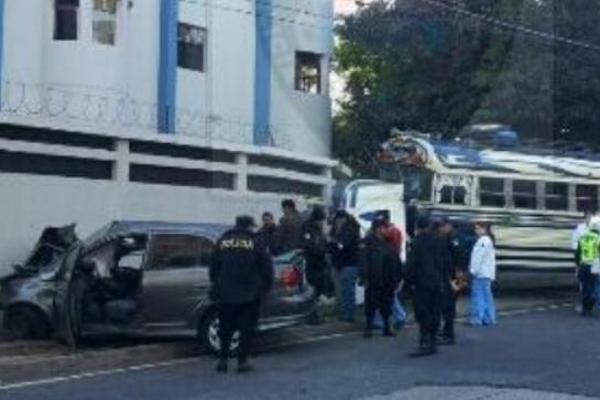 <p>Un choque entre un bus extraurbano y un vehículo ocurrió en la 5 avenida y 8 calle de la zona 9. (Foto Prensa Libre: Amílcar Montejo)<br></p>