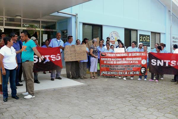 Trabajadores del Hospital de la Amistad Japón-Guatemala, en Puerto Barrios, Izabal,  protestan  por impago de salarios. (Foto Prensa Libre: Edwin Perdomo)