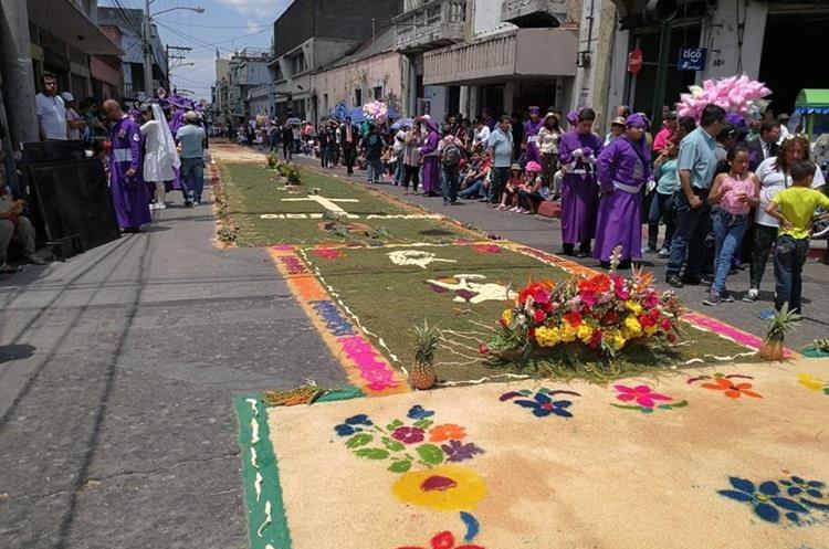 La creatividad de los devotos quedó plasmada en las alfombras en honor del Nazareno. (Foto Prensa Libre: Oscar García).