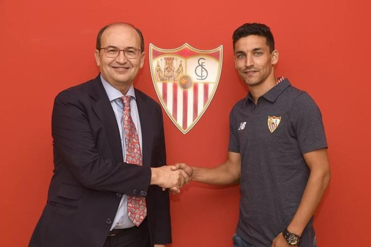 Jesús Navas fue recibido con gran alegría en el Sevilla. (Foto Prensa Libre: Twitter Sevilla)