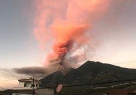 La primera erupción del Volcán de Fuego en el 2018 causó sorpresa en internautas por lo colorido de la ceniza y humo que expulsó.
