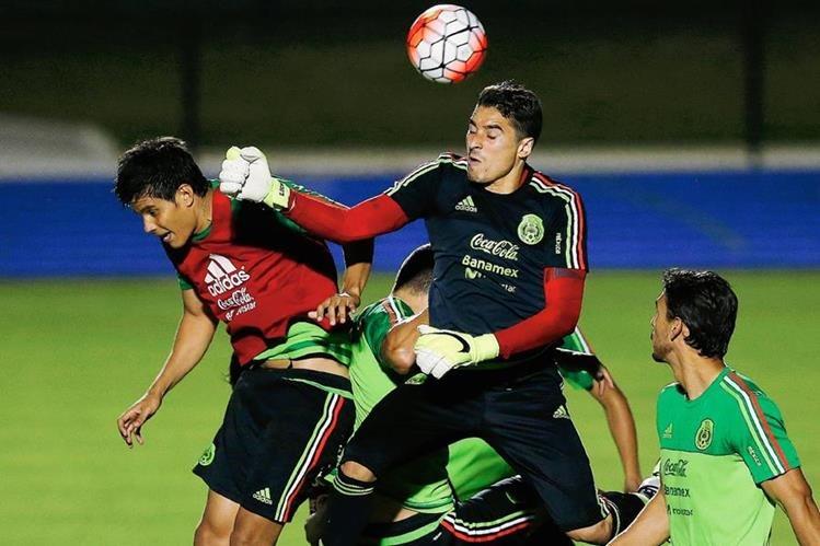 El portero mexicano, Guillermo Ochoa, junto a sus compañeros se entrenaron ayer en Atlata previo al juego de hoy. (Foto Prensa Libre: AP)