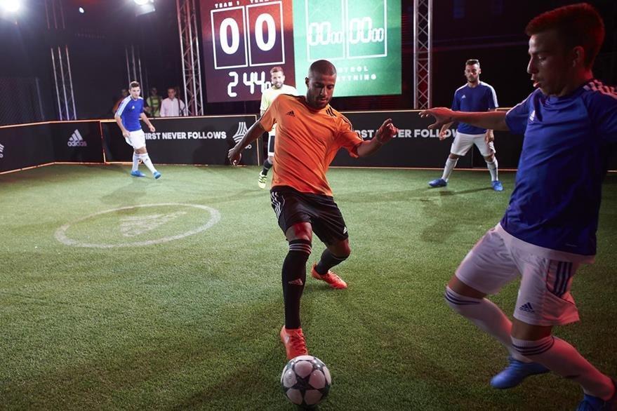 Rafinha Alcantara muestra sus habilidades futbolísticas. (Foto Prensa Libre: EFE)
