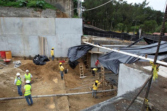 Trabajadores se preparan para fundir lozas y seguir excavando la vía subterránea del viaducto. (Foto Prensa Libre: Carlos Hernández)